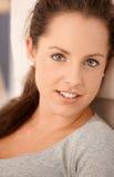 attraktivt le för kvinnligstående Royaltyfri Fotografi