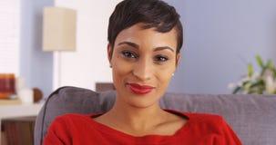 Attraktivt le för svart kvinna royaltyfri foto