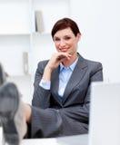 attraktivt luta för affärskvinnaskrivbordfot Arkivfoton