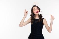 Attraktivt lyckligt använda för kvinna fejkar kronastöttor och den magiska pinnen Arkivfoto
