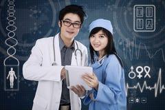 Attraktivt medicinskt lag Arkivfoton
