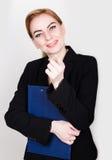 Attraktivt och driftigt hållande block för affärskvinna för att skriva arkivfoto