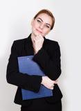 Attraktivt och driftigt hållande block för affärskvinna för att skriva royaltyfri bild
