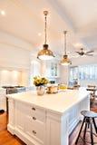 Attraktivt och härligt kök av ett lyxigt hus royaltyfri foto