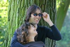 attraktivt pargyckel som har barn Arkivfoton