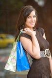 attraktivt shoppingkvinnabarn Royaltyfria Bilder