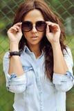 attraktivt solglasögonkvinnabarn Fotografering för Bildbyråer