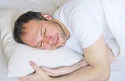 Attraktivt sova för man Arkivbilder