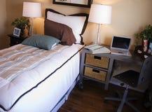 attraktivt sovrum royaltyfri foto