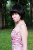 attraktivt ståendekvinnabarn Arkivbild