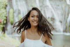 Attraktivt sydostligt asiatiskt le för kvinna fotografering för bildbyråer