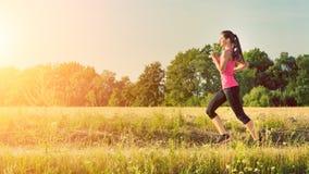 Attraktivt ungt kvinnligt jogga arkivbild