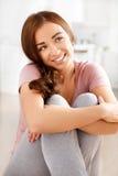 Attraktivt ungt le för kvinna Royaltyfri Foto