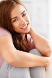 Attraktivt ungt le för kvinna Royaltyfria Foton