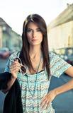 Attraktivt ungt posera för brunett. Royaltyfria Bilder