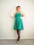 Attraktivt vuxen kvinna- och champagneexponeringsglas Fotografering för Bildbyråer