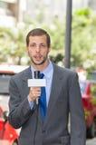 Attraktivt yrkesmässigt manligt bära för nyheternareporter arkivbild