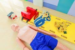Attrappe und Bahre, refresherdummy ist, wenn cpr-medizinischer Notfall ausgebildet wird, der und Bahre, wenn Erfrischung cpr-medi lizenzfreie stockfotografie