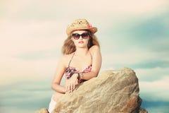 Attratctive blonde Dame mit einem Cowboyhut und Sonnenbrille Stockbild
