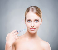 Attrative ung kvinna som injicerar behandling in i hud Royaltyfri Bild