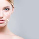 Attrative ung kvinna som injicerar behandling in i hud Arkivfoton