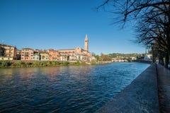 Attraversa Βερόνα του IL Fiume Adige che Στοκ Φωτογραφία