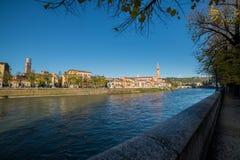Attraversa Verona van IL Fiume Adige che Stock Fotografie