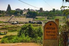 Attraversamento del fiume di Tungabhadra in Hampi, l'India Fotografia Stock Libera da Diritti