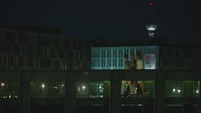 Attraversamento della gente di Berlin Bridge At Night With archivi video