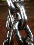Attraversamento di due un forte catene dell'acciaio Immagini Stock Libere da Diritti