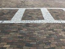 Attraversamento sul segno di sicurezza stradale del lastricatore per la gente che cammina la via Immagine della foto Immagine Stock