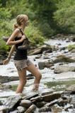 Attraversando attraverso il fiume Immagini Stock