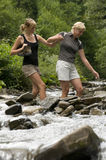 Attraversando attraverso il fiume Immagine Stock