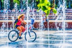 Attraversando la fontana Immagini Stock