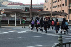 Attraversando la strada - allievi nel Giappone Fotografia Stock Libera da Diritti