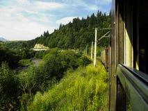 Attraversando through le montagne in treno Fotografia Stock Libera da Diritti