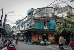 Attraversando nel vecchio quarto a Hanoi, il Vietnam Immagini Stock