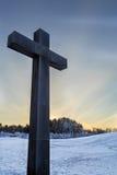 Attraversi con il cimitero del terreno boscoso in parte posteriore di Stoccolma dentro Fotografia Stock Libera da Diritti
