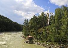 Attraversi con una croce sull'isola del fiume di Katun Fotografia Stock