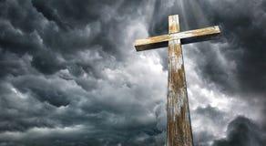 Attraversi contro il cielo Pasqua felice Simbolo cristiano Fotografia Stock Libera da Diritti