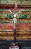 Attraversi sull'altare nella chiesa di St Leonard di Noblac in Kotari, Croazia Immagini Stock