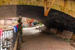 Attraversi sull'argine di Chattahoochee River sotto il ponte, Helen, U.S.A. Immagini Stock