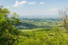 Attraverso gli alberi: Paesaggio italiano fotografie stock