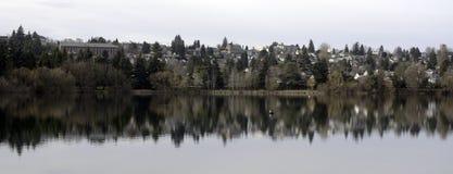 Attraverso il lago verde a Seattle fotografia stock