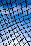 Attraverso il vetro della piramide della feritoia dall'interno Immagini Stock