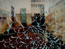 Attraverso il vetro di sguardo rotto Fotografie Stock Libere da Diritti
