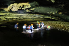 Attraverso la caverna di Hang En, la terza più grande caverna dei world's Fotografia Stock