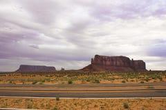 Attraverso la valle del monumento in un giorno grigio Fotografia Stock