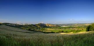 Attraverso la vista dei campi di Andalucian della citt? bianca su Arcos de la Frontera, la Spagna fotografia stock libera da diritti