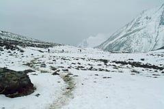Attraverso le montagne nevose Immagine Stock Libera da Diritti